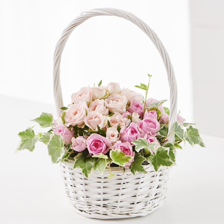 ピンクのバラのホワイトバスケットアレンジメント<br>4,400円(税込)