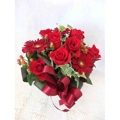 赤いバラがメインのアレンジメント<br>5,500円(税込)