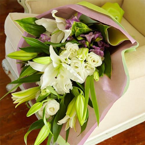 オリエンタルリリーとトルコギキョウのお供え花束<br>5,500円(税込)