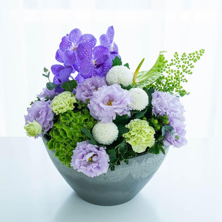 【お供え・お悔み】トルコギキョウとピンポンマムの優しい紫系アレンジメント「想い花」<br>  8,800円(税込)
