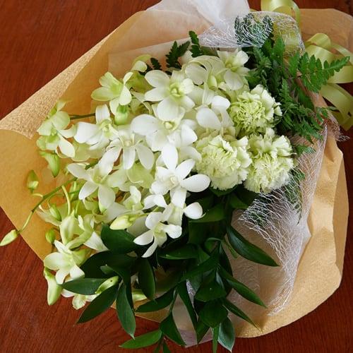 デンファレとカーネーションの故人を偲ぶお供え花<br>3,850円(税込)