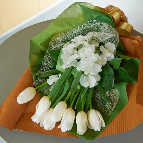 白いチューリップのスプリングブーケ  <br>3,300円(税込)