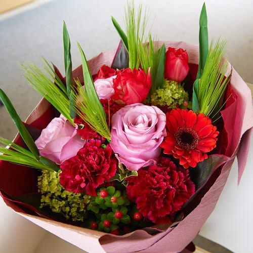 バラとチューリップの春の花束<br>5,500円(税込)