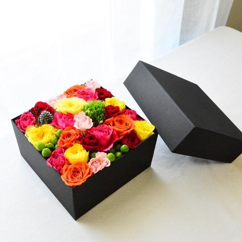 カラフルなミニバラたちの大きめBOXフラワー<br>7,700円(税込)