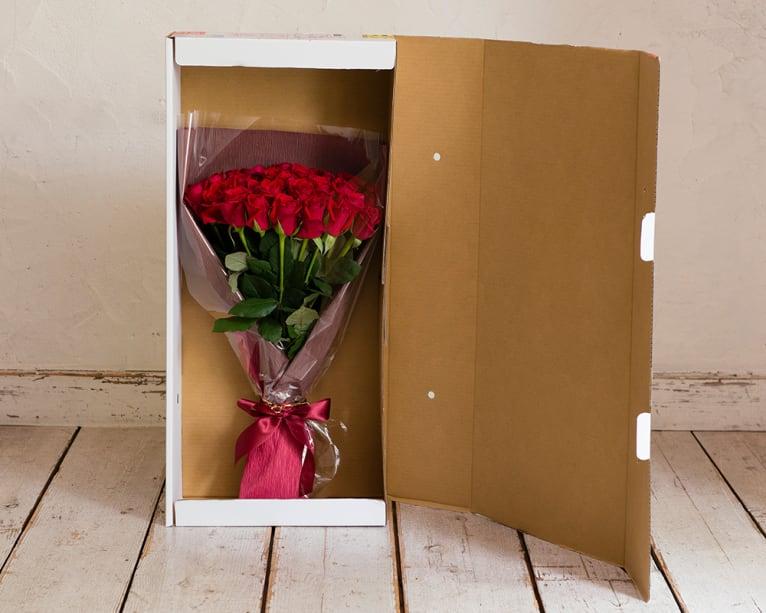 バラの花束とお手入れのしおり付きでお届け。