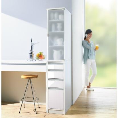上品な清潔感のあるアクリル扉のキッチンすき間収納 幅30c…