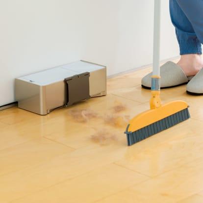 ゴミを自動で吸い取る電気ちりとり ほうきアタッチメント付き