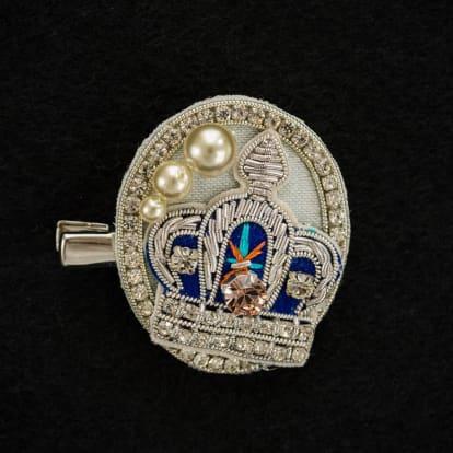 ビーズ刺繍のブローチ 王冠
