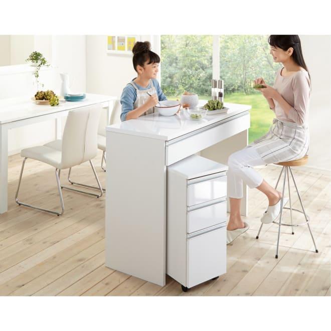 光沢仕上げ間仕切りキッチンカウンターデスク 幅120cm (使用イメージ)家族の顔が見えるアイランド型が可能。家族と向き合って会話ができ、一緒に料理も楽しめる対面仕様です。 ※お届けはカウンターテーブルです。