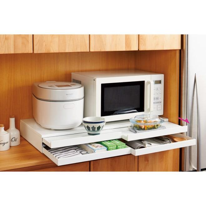 家電周りでの調理をサポートするレンジ下スライドテーブル 引き出し付き 幅80高さ10cm 天板耐荷重約30kgで電子レンジや炊飯器を載せてご使用いただけます。大型オーブンレンジの下にも設置できます。ラップやミトンなどレンジ周りの小物を収納できる引き出し付き。