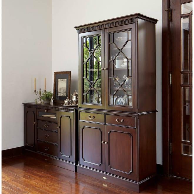 クラシカルロイヤル ケントハウスシリーズ カップボード(ガラス扉食器棚) 英国調のアンティーク家具のような重厚感ある佇まい。お部屋をアンティークな雰囲気に導きます。 ※お届けはカップボード(右側商品)です。