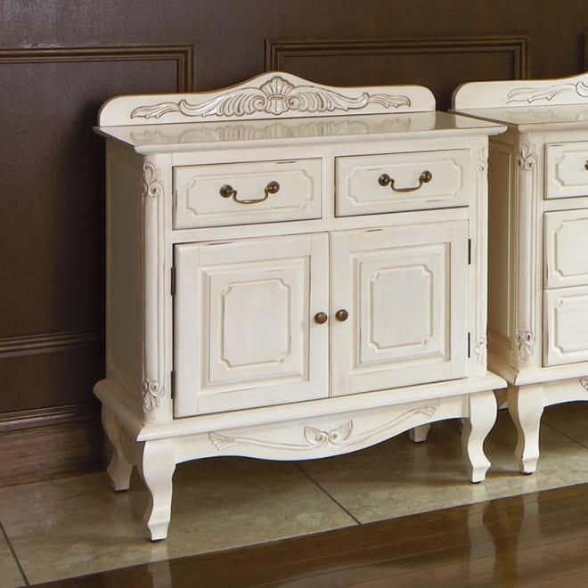 アンティーク調クラシック家具シリーズ キャビネット・幅75cm エレガントなデザインのホワイト。写真では解りづらいのですが、塗装が若干シャビーなアンティーク仕上げになっています。