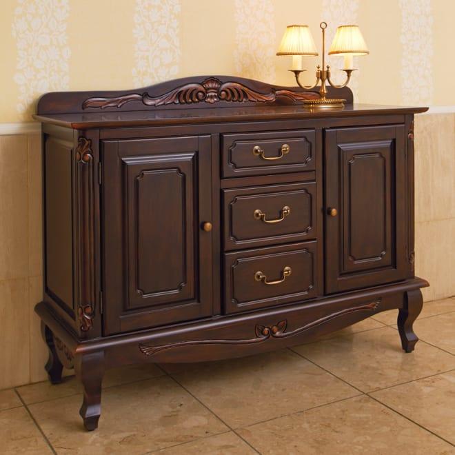 アンティーク調クラシック家具シリーズキャビネット・幅110cm 落ち着いた表情のダークブラウン。クラシカルなヨーロッパの装いでご自宅を華やかに。