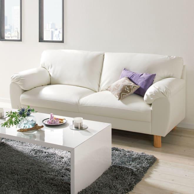 シンプルモダンソファ 3人掛け コーディネート例(ア)ホワイト  すっきり映えるシンプルモダンなデザイン。どんなインテリアにもさっと溶け込む、気品漂うソファ。