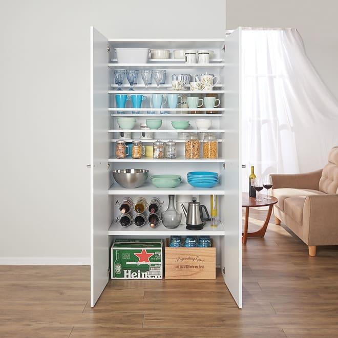食器からストックまで入るキッチンパントリー収納庫 幅90奥行40cm コーディネート例(イ)ホワイト 食器や鍋・ビールケースなどがひとまとめに収納。