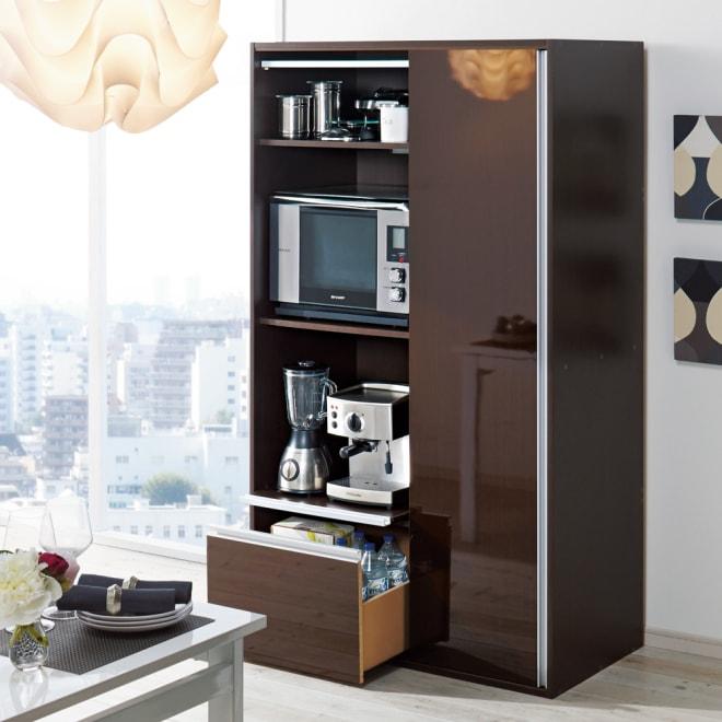 引き戸スライド扉で隠せる光沢仕上げキッチン家電収納庫 大型レンジ対応奥行55cmタイプ (使用イメージ)(イ)ダークブラウン。最下段にはペットボトルが収納できます。内寸奥行50.5cmで設置の際必要な10cm以上の放熱スペースも考慮したワイド設計です。