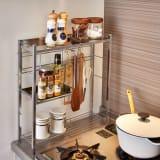 調理グッズをまとめてスムーズ コンロサイド キッチンラック ハーフ棚付き 写真