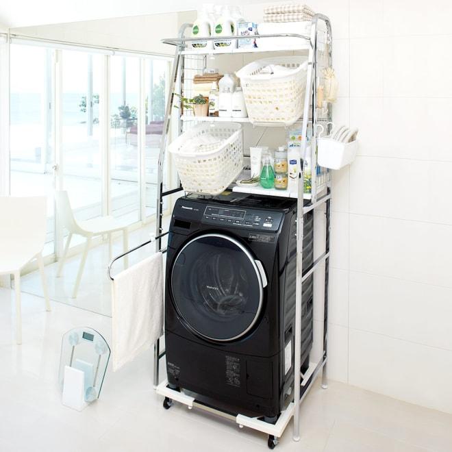 丈夫な2cm角パイプを採用!頑丈ランドリーラック 大型洗濯バスケット付き 洗濯機置き場に収納を増やして使いやすく。洗濯バスケットは出し入れしやすい「斜め置き」が可能です。(※洗濯機置き台は別売りです)
