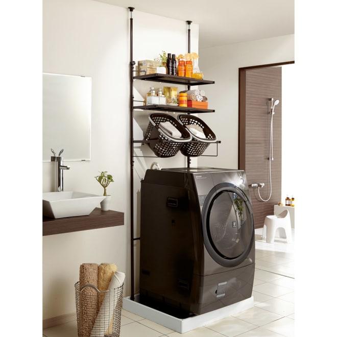 防水パンにおさまる。省スペース洗濯機ラック 標準タイプ・棚2段バスケット2個 (イ)ダークブラウン 支柱は左右ともに調節でき、梁や下がり天井にも設置可。