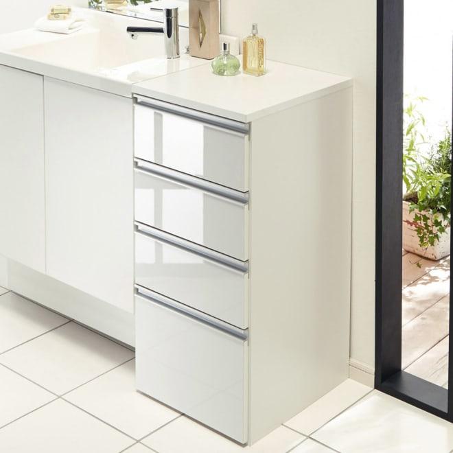 組立不要 収納物に優しい サニタリーすき間チェスト 幅40cm 洗面所などの水まわりの隙間を活用できる収納チェスト。前面の光沢感が清潔な洗面空間を演出します。