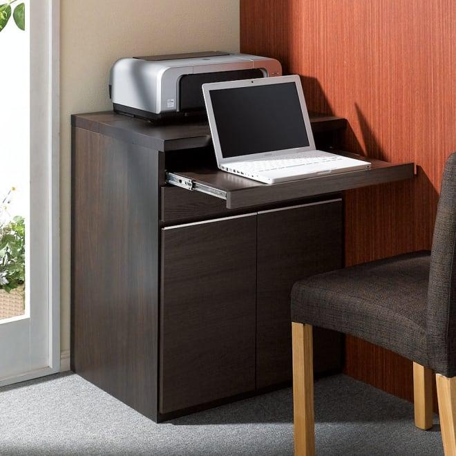 オールインワン!組立不要 マルチ収納パソコンデスク 幅60cm 木目模様が美しい(イ)ダークブラウン。取っ手のアルミラインが映えるモダンなデザイン。プリンタ台やFAX台としても。