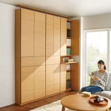 検索性を高める フラップ扉付き突っ張り書棚 幅80奥行24cm