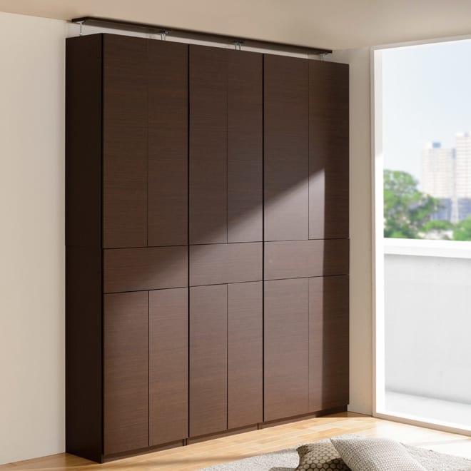 検索性を高める フラップ扉付き突っ張り書棚 幅80奥行35cm コーディネート例:(ウ)ダークブラウン ※お届けは一番右の幅80cmタイプです。 探し読みやちょい置きに便利なフラップ扉付きの突っ張り壁面本棚です。
