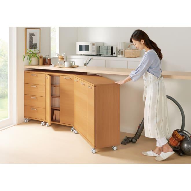 移動ができるブックキャビネット 扉タイプ幅87cm(裏面化粧あり) 掃除もラクラク。