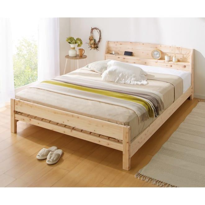 国産無塗装ひのきすのこベッド(すのこ板4分割仕様) ダブル ポケットコイルマットレス(厚さ20cm)付き コーディネート例 ※写真は床面高さ21cm時(マットレス使用時)です。 無塗装の国産ひのきを使用し、香りも心地よい天然素材のベッドフレーム。