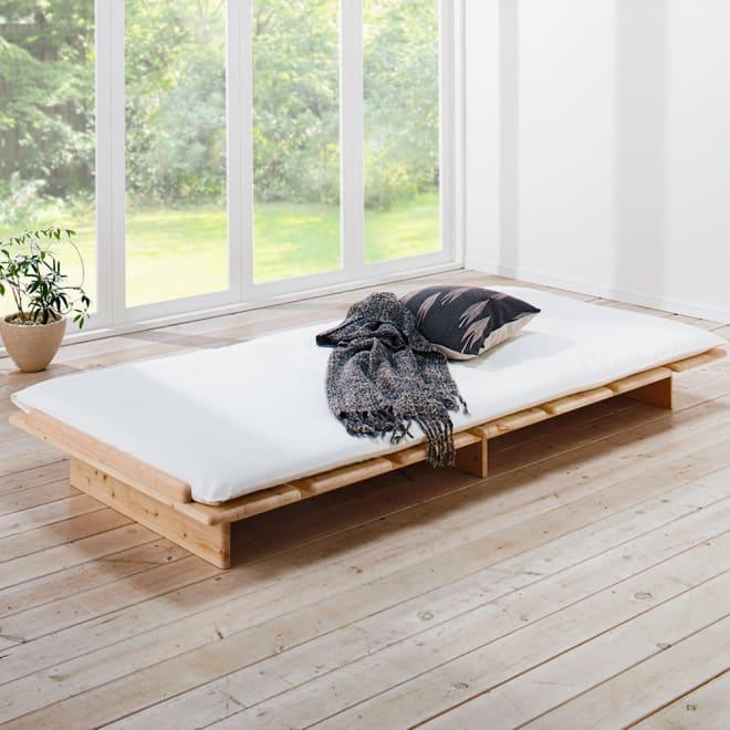 角の丸い日光檜ステージベッド すのこベッドのみ(長さ205高さ19cm) すのこの幅が広く、すのことすのこのすき間も2.7cmと狭く布団も安心して使えます。 ※写真はシングルサイズです。お届けはすのこベッドのみ(ヘッドボードなし)です。