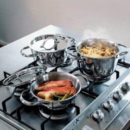 ビタクラフト ミニパン特別セット(ステンレスフタ2枚付き) スペースの限られたガスコンロでも3つ同時に使える! 主菜、副菜、汁もの作りが一気にできるから、効率的に献立が完成。ガス、IH、ハロゲンヒーターなど様々な熱源でも安心して使えます。