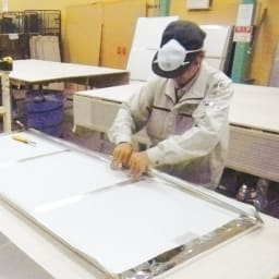 割れない軽量フィルムミラー[太枠フレーム] メイド・イン・ジャパンの実力。丁寧な手張りで1つ1つ作られています。