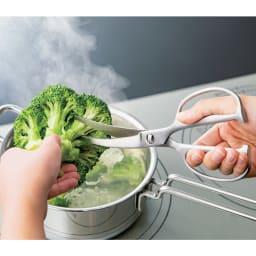 鍛造オールステンレス製カーブキッチンバサミ 包丁では切りにくいブロッコリーもすっと刃が入ります。