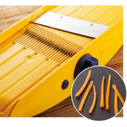 32種類のカットが可能なドイツ製万能キッチンスライサー TNS3000 幅調節レバーで3段階に幅設定、にんじんサラダや大根のツマに。手では切りにくい千切りも簡単に。