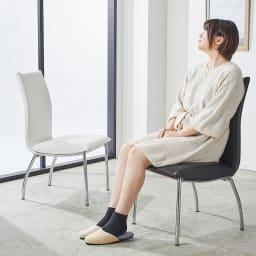 ハイバックチェア同色2脚組 座部高は43cm、背部高さは52cmの椅子で、女性の方も座りやすい高さ感です。