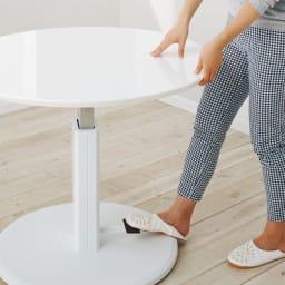 高さ自由自在!カフェスタイルダイニング 丸形昇降テーブル単品・径90cm ダークブラウン 脚部のペダルを踏みながら天板を上げ下げするだけで簡単に昇降。(※お届けはダークブラウン色となります。)
