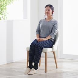 高さ自由自在!カフェスタイルダイニング 5点セット(丸形昇降テーブル径110cm+ラウンジチェア×4) ホワイト 座面高さは44.5cm。女性も座りやすい高さです。