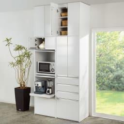 大型レンジがスッキリ隠せるダイニングボードシリーズ 食器棚・幅57.5cm コーディネート例(イ)ホワイト ※写真は天井高さ249cmで撮影。