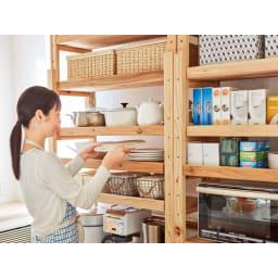 【天井突っ張り対応】国産杉の無垢材キッチン収納 壁面突っ張りラック 幅149cm奥行38cm 棚板もたくさんついて、分類収納もきちんと。