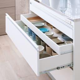 収納物を考えたキッチンカウンター ロータイプ(高さ85cm) 幅117.5cm 隠し引き出しで重ねずに収納OK。大切にしたいお気に入りの器も重ねずに収納できます。(※下から2段目)