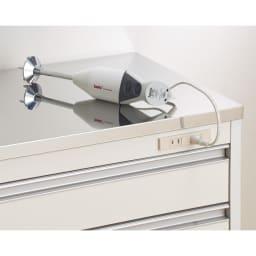 収納物を考えたキッチンカウンター ロータイプ(高さ85cm) 幅117.5cm 天板下には調理家電に便利な2口コンセント付き。