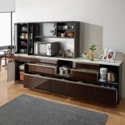 高機能 モダンシックキッチン キッチンボード 幅90奥行45高さ193cm コーディネート例【シリーズ商品使用イメージ】 すっきりとしたデザインながらたっぷりとした収納力でキッチンのあれこれをまとめて。