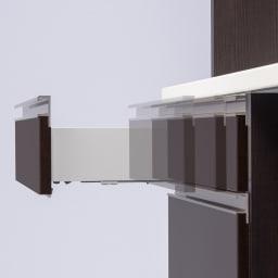 高機能 モダンシックキッチン キッチンカウンター 幅60奥行45高さ85cm サイレントレール。引き出しがゆっくり静かに閉まるレール。縦に3段並んだ引き出しにはサイレントレールを採用。重いものを収納してもゆっくりと静かに閉まります。がたつきが抑えられるので食器の収納にも。