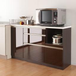 高機能 モダンシックキッチン キッチンカウンター 幅120奥行45高さ85cm ※写真はカウンター幅140奥行45cmタイプです。【シリーズ商品使用イメージ】 すっきりとしたデザインと光沢感のある表面材がキッチンをシックで高級感のある空間に。