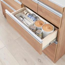 薄型ステンレス天板カウンター 幅120cm よく使う取り皿やコップ、お茶碗もスムーズに取り出せます。