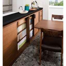 ウォルナットカウンター下収納庫 引き戸 幅120奥行23高さ87cm 狭い場所にもオススメ。テーブルなどをすぐ前に置いても大丈夫なので、インテリアレイアウトの幅が広がります。