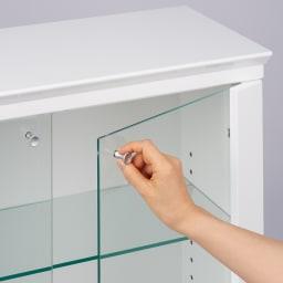 LEDライト付きガラスカウンター 幅119cm(4枚扉) 取っ手はつまみがついており開閉がラクラク。