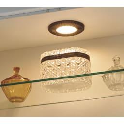 LEDライト付きガラスカウンター 幅139cm(4枚扉) ディスプレイを美しくライトアップするLEDライト。ライト横にスイッチがついており、点灯も自在です。