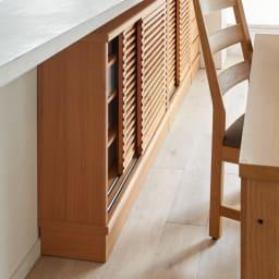 アルダー格子引き戸収納庫 幅150cm奥行35cm 開閉にスペースを取らない引き戸式なので、ダイニングセットの背面にも設置可能。