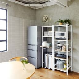 ブルックリン風キッチンラック 5段 幅60cm コーディネート例(イ)ホワイト キッチンの家電などをおしゃれに魅せて収納できるオープンラック。※お届けは写真右の5段 幅60cmタイプになります。